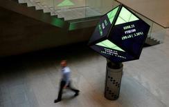 En la imagen, un hombre camina por el vestíbulo de la Bolsa de Londres, Reino Unido, el 25 de agosto de 2015. Las bolsas europeas subían el martes, impulsadas por unos resultados positivos y las operaciones corporativas, en momentos en que los mercados se recuperaban de una caída en la confianza de los inversores vista en la sesión previa.     REUTERS/Suzanne Plunkett/File Photo
