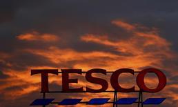 En la imagen, el logo de la empresa en el exterior de un supermercado en Altrincham, en el norte de Inglaterra, 16 de abril de 2016. El mayor grupo de supermercados de Reino Unido, Tesco, ha acordado pagar 214 millones de libras (269 millones de dólares) en multas e indemnizaciones para resolver una investigación sobre un fraude contable de 2014 que provocó la mayor crisis en los cerca de 100 años de historia de la compañía. REUTERS/Phil Noble/File Photo