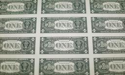La parte trasera de billetes de un dólar de Estados Unidos se ven durante la producción en la Oficina de Grabado e Impresión en Washington, Estados Unidos. 14 de noviembre 2014.El dólar se estabilizaba el martes tras tocar mínimos de varios meses en la víspera y luego de su peor semana desde la elección presidencial de noviembre en Estados Unidos, ante expectativas de que la Reserva Federal aplique más alzas a las tasas de interés este año. REUTERS/Gary Cameron