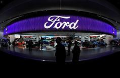 """Unas personas en el puesto de Ford en la Feria Automotriz Norteamericana Internacional en Detroit, EEUU, ene 10 2017. Ford Motor Co anunció el martes que invertirá 1.200 millones de dólares en tres instalaciones en Michigan y creará 130 empleos en proyectos, horas después de que el presidente de Estados Unidos, Donald Trump, adelantó por Twitter una """"gran inversión"""" de la automotriz.  REUTERS/Mark Blinch"""
