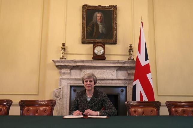 3月28日、メイ英首相(写真)は欧州連合(EU)離脱を通知する書簡に署名した(2017年 ロイター/Christopher Furlong/Pool)