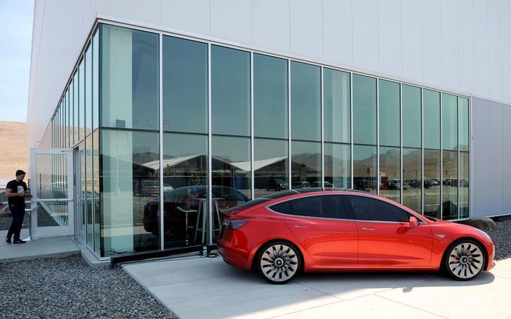 资料图片:2016年7月,美国内华达州Sparks,特斯拉工厂媒体日展示的特斯拉Model 3原型车。REUTERS/James Glover II