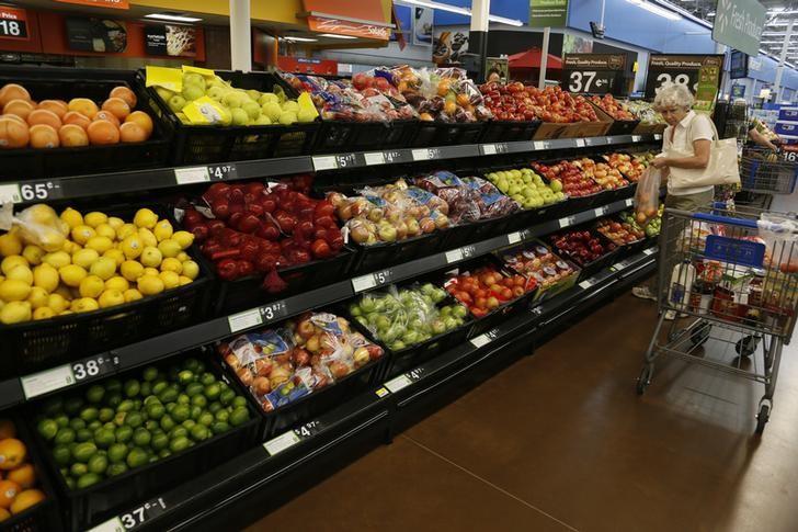 资料图片:2013年6月,美国阿肯色州Rogers一家沃尔玛超市的水果摊位。REUTERS/Rick Wilking