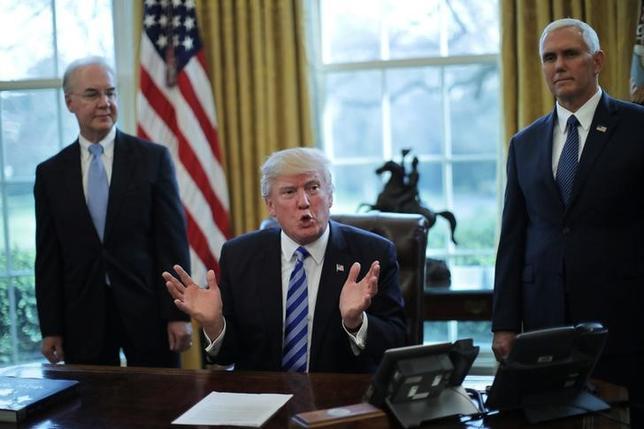 3月28日、トランプ米大統領は、超党派の上院議員らに対し、医療保険制度改革(オバマケア)代替法案を巡り、議会で迅速に合意が成立することは可能との考えを示した。写真中央は24日、米ワシントン大統領執務室でオバマケア代替法案撤回後、記者と会見するトランプ米大統領(2017年 ロイター/Carlos Barria)