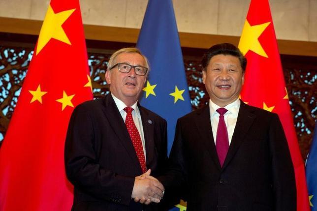 3月29日、トランプ米政権の発足後、中国は欧州連合(EU)との関係強化に向け、様々な戦略に出ているようだ。写真はユンケル欧州委員長(左)と中国の習近平国家主席(右)。2016年7月代表撮影(2017年 ロイター)