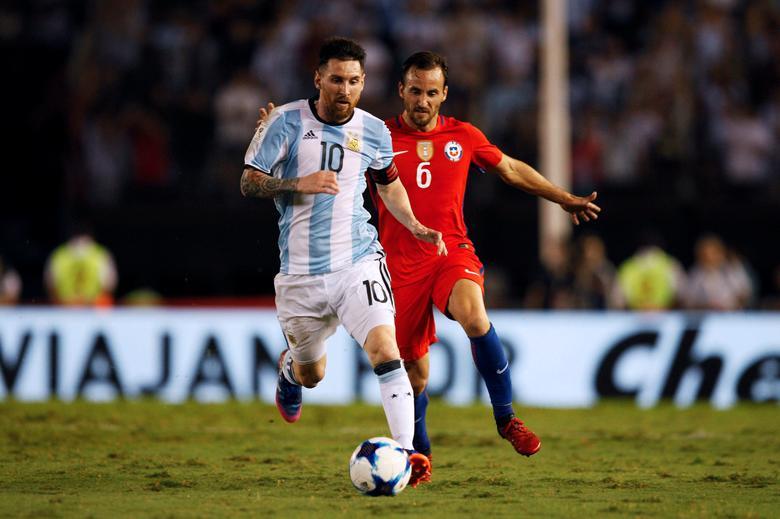 Argentina v Chile - World Cup 2018 Qualifiers - Antonio Liberti Stadium, Buenos Aires, Argentina - 23/3/17 - Argentina's Lionel Messi (L) and Chile's Jose Pedro Fuenzalida in action. REUTERS/Martin Acosta