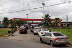 Automovilistas venezolanos hacen cola en una gasolinera de la petrolera estatal PDVSA en Maturín. 23 de marzo de 2017. La fiscalía venezolana dijo el miércoles que efectivos de seguridad apresaron a un gerente de la estatal Petróleos de Venezuela (PDVSA) a quien se acusa de obstruir la distribución de combustible en Caracas y en el centro del país. REUTERS/Marco Bello