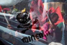 Católicos participan de una marcha conovocada por la iglesia contra la minería en El Salvador. 9 de marzo de 2017. El Congreso de El Salvador aprobó el miércoles una ley que prohíbe por completo cualquier proyecto de minería metálica con el propósito de proteger la biodiversidad y los recursos naturales del empobrecido país centroamericano. REUTERS/Jose Cabezas