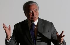 Presidente de Brasil, Michel Temer, da un discurso en un evento en Brasilia, Brasil. 21/03/ 2017.Brasil eliminará exenciones impositivas sobre las nóminas para decenas de industrias y congelará alrededor de 30.000 millones de reales en gastos, en un intento por cumplir con una meta de déficit fiscal clave para recuperar la calificación de grado de inversión, dijeron el miércoles funcionarios gubernamentales.  REUTERS/Adriano Machado