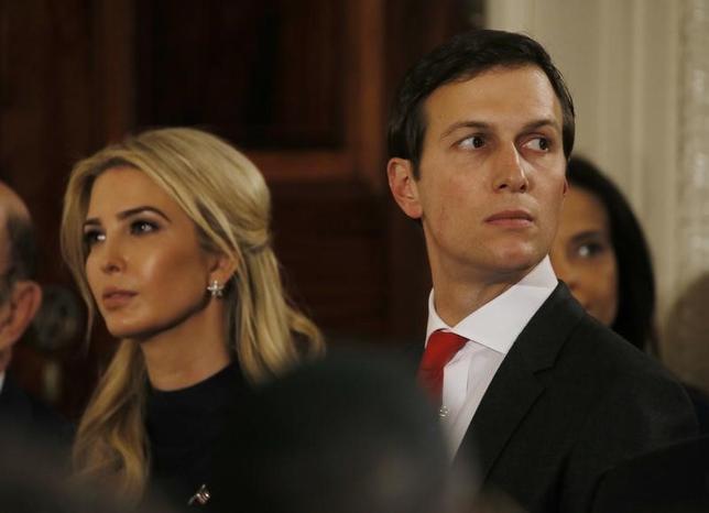 3月29日、トランプ米大統領の娘婿であるジャレッド・クシュナー大統領上級顧問(写真右)の会社クシュナー・カンパニーズは、ニューヨーク・マンハッタンの高層ビル「666フィフス・アベニュー」再開発について中国保険大手の安邦保険集団との協議を取り止めたことを明らかにした。ワシントンで17日撮影(2017年 ロイター)