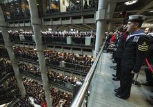 En la imagen, personal de Lloyd's of London durante una celebración en Londres, el 11 de noviembre de 2016. El mercado de seguros Lloyd's of London, parte básica de la escena financiera británica desde el siglo XVII, dijo el jueves que eligió a Bruselas como el lugar para su sede en la Unión Europea por su fuerte red reguladora. REUTERS/Eddie Keogh