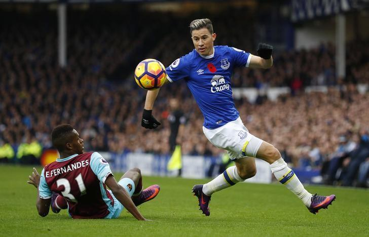 Britain Football Soccer - Everton v West Ham United - Premier League - Goodison Park - 30/10/16Everton's Ramiro Funes Mori in action with West Ham United's Edimilson Fernandes Reuters / Phil NobleLivepic/Files