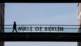 IMAGEN DE ARCHIVO: Un hombre camina por el el Mall de Berlín, en Alemania. 3 de marzo 2017.   La inflación alemana se desaceleró más abruptamente de lo esperado en marzo, mostraron datos el jueves, aliviando parte de la presión sobre el Banco Central Europeo (BCE) para que relaje pronto sus estímulos monetarios.    REUTERS/Fabrizio Bensch/File Photo