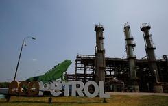 IMAGEN DE ARCHIVO: Una vista a la refinería de petróleo de Ecopetrol en Barrancabermeja, Colombia. 1 de marzo 2017. La estatal colombiana Ecopetrol reportó el jueves el hallazgo de petróleo en un pozo en el norte del país, como resultado de su estrategia de explorar en zonas cercanas a sus campos de producción. REUTERS/Jaime Saldarriaga - RTS11BB3