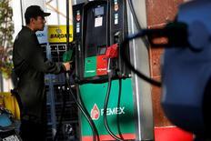 Un empleado trabajando en una gasolinera de la petrolera estatal Pemex en Ciudad de México, feb 18, 2017. La Agencia Internacional de la Energía (AIE) no prevé un gran alza en los precios globales del crudo pese a los esfuerzos de la OPEP y de otros grandes exportadores por reducir su producción, dijo a Reuters su director ejecutivo, Fatih Birol.  REUTERS/Jose Luis Gonzalez