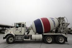 Imagen de archivo de un camión de la cementera Cemex en una planta de concreto en Monterrey, México, feb 24, 2015. Cemex Latam Holdings, unidad de la gigante cementera mexicana Cemex, anunció el jueves que usará solamente una parte de la capacidad instalada que tendrá una planta que construye en el noroeste de Colombia, después de que una autoridad ambiental le negara un permiso para aumentar la producción.  REUTERS/Daniel Becerril
