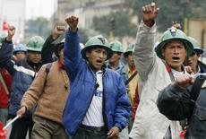 Mineros peruanos protestan en las calles de Lima. 2 de julio de 2008. Trabajadores de la mina Cerro Verde, la mayor productora de cobre de Perú, retomarán sus labores el viernes tras tres semanas de huelga, luego de acordar con la empresa beneficios médicos y un adelanto del pago de utilidades, dijo un dirigente sindical. REUTERS/Mariana Bazo