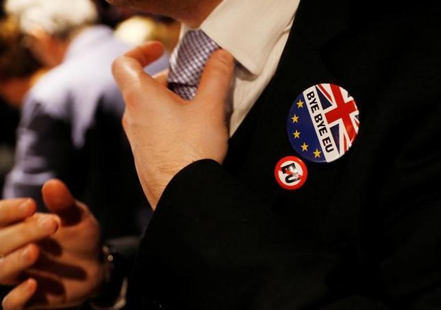 3月28日、英国のメイ首相は29日にEU基本条約であるリスボン条約50条を発動し、EUに対して正式な離脱通知を行うが、これにより英国のみならず、EUも変わることになる。写真は、離脱通知を祝うイベントに参加した男性。ロンドンで29日撮影(2017年 ロイター/Peter Nicholls)