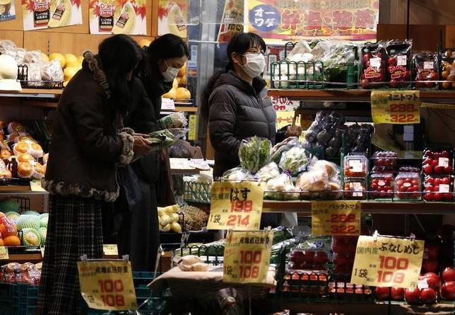 3月31日、総務省が発表した2月の全国消費者物価指数は、指標となる生鮮食品を除くコアCPIが前年同月比0.2%上昇し、1月の同0.1%からプラス幅が拡大した。写真は都内の小売店、2015年2月撮影(2017年 ロイター/Yuya Shino)