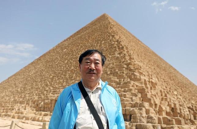 3月29日、4500年以上前のエジプト第4王朝を統治したクフ王の「第2の船」の一部とみられる木片が、ギザの大ピラミッド付近で発掘されたと考古学者らが明らかにした。写真はピラミッドの前に立つ日本の考古学者、吉村作治教授(2017年 ロイター/Mohamed Abd El Ghany )