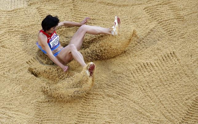 3月30日、国際オリンピック委員会(IOC)は、2012年ロンドン五輪に出場した女子三段跳び8位のビクトリア・バリュケビッチ(写真)らロシア4選手がドーピング再検査で陽性反応を示したことで、失格処分となったことを発表した。2012年8月撮影(2017年 ロイター/Reinhard Krause)