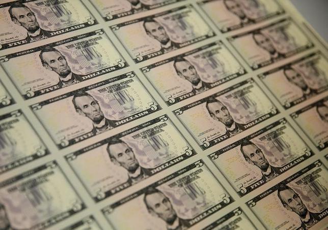 3月31日、正午のドル/円は、前日ニューヨーク市場午後5時時点と比べ、ドル高/円安の112.06/08円だった。写真はワシントンで2015年3月撮影(2017年 ロイター/Gary Cameron)