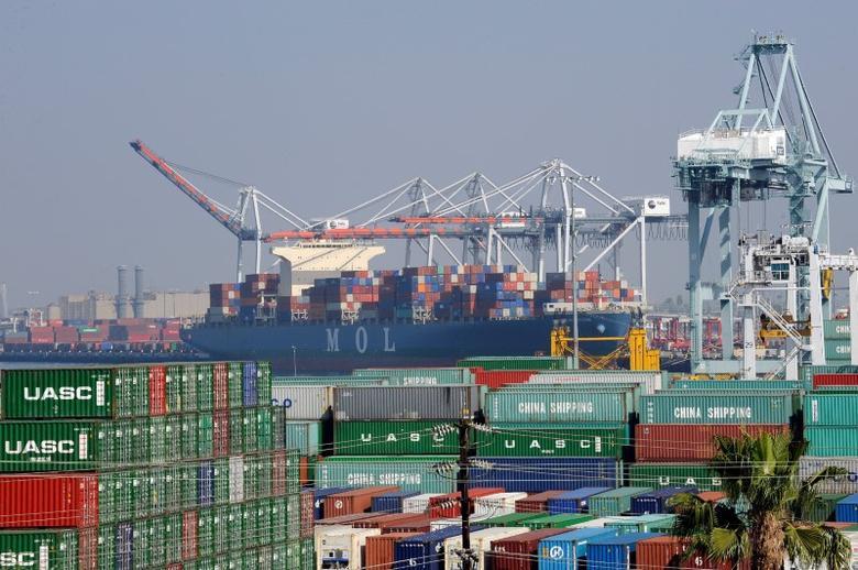 资料图片:2015年2月,美国洛杉矶,港口的集装箱及货轮。REUTERS/Bob Riha, Jr.