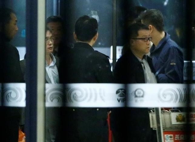 3月30日、北朝鮮の金正恩・朝鮮労働党委員長の異母兄、金正男氏がマレーシアの空港で殺害された事件で、容疑者とされた北朝鮮籍の男、少なくとも2人が正男氏の棺を乗せた航空機でマレーシアから出国したとみられる。写真は北京に到着した北朝鮮の当局者ら。30日に撮影(2017年 ロイター/ Thomas Peter)