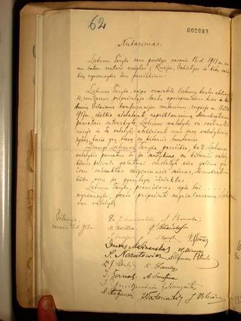 3月30日、リトアニアのビタウタス・マグヌス大学の教授、現存が知られる唯一のリトアニア独立宣言(1918年)原本を、ドイツ外務省の書庫から発見したと発表した。29日に見つかったという。写真はベルリンのリトアニア大使館提供(2017年 ロイター)