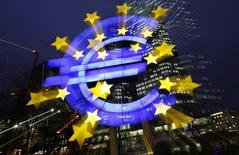 En la foto de archivo, el logo del euro iluminado delante de la sede central del Banco Central Europeo en Fráncfort el 8 de enero de 2013. La inflación de la zona euro se ralentizó en marzo más de lo que esperaba el mercado, lastrada principalmente por un menor crecimiento de los precios de la energía, mostraron el viernes estimaciones de la oficina europea de estadísticas Eurostat. REUTERS/Kai Pfaffenbach