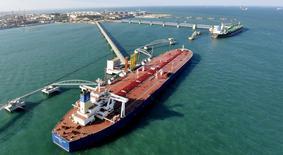 IMAGEN DE ARCHIVO: Una vista general al puerto para importar crudo en Qingdao, China. 9 de noviembre 2008. Sinopec, el mayor comprador de crudo de China, tiene previsto recibir más cargamentos desde Brasil, Estados Unidos y Canadá, a fin de ayudar a estabilizar los suministros de petróleo en momentos en que Oriente Medio eleva su capacidad de refinación y África sufre interrupciones de producción. REUTERS/Stringer/File Photo