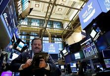 Un operador trabajando en la rueda de operaciones de Wall Street en Nueva York, mar 30, 2017. Las acciones estadounidenses bajaban levemente el viernes, arrastradas por los valores tecnológicos, mientras los inversores guardaban sus ganancias en el que será probablemente el mejor desempeño de Wall Street en un primer trimestre en cuatro años.  REUTERS/Brendan McDermid