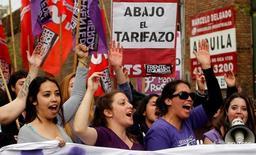 Imagen de archivo de manifestantes protestando contra la subida de los precios de la electricidad y el gas en Buenos Aires. 16 septiembre 2016. Argentina anunció el viernes un alza promedio en las tarifas de gas de un 24 por ciento a nivel nacional, con el fin de recortar amplios subsidios sobre los servicios públicos, en la continuación de una medida impulsada por el Gobierno hace más de un año. REUTERS/Enrique Marcarian