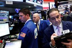Operadores trabajando en la bolsa de Wall Street en Nueva York, mar 29, 2017. Los inversionistas globales redujeron su exposición a las acciones de Estados Unidos en marzo por crecientes dudas sobre el impulso al mercado de las políticas de Donald Trump, además redujeron sus inversiones en acciones del Reino Unido a mínimos de cinco años y medio por la preocupación sobre el Brexit y un posible quiebre del Reino Unido.  REUTERS/Brendan McDermid