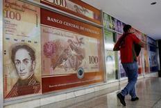 Un hombre camina frente a la sede del Banco Central de Venezuela en Caracas. 14 de febrero de 2017. Venezuela está negociando recibir apoyo financiero de la petrolera rusa Rosneft para cumplir con los pagos de su servicio de deuda en abril, dijeron operadores y una fuente gubernamental a Reuters. REUTERS/Marco Bello