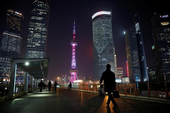 3月30日、中国人民銀行(中央銀行)による四半期毎の健全性審査を月末に控え、銀行は流動性の確保を急いでいる。上海の金融街で9日撮影(2017年 ロイター/Aly Song)