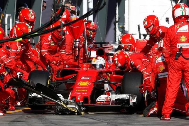 3月31日、自動車レースF1、ハースのギュンター・シュタイナー代表はフェラーリのエンジンについて、近年圧倒的な強さを見せているメルセデスを上回っているかもしれないとの見方を示した。写真はフェラーリのセバスチャン・フェテルのマシン。メルボルンで26日撮影(2017年 ロイター/Brandon Malone)