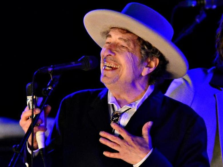U.S. musician Bob Dylan performs during day 2 of The Hop Festival in Paddock Wood, Kent on June 30th 2012. REUTERS/Ki Price/Files