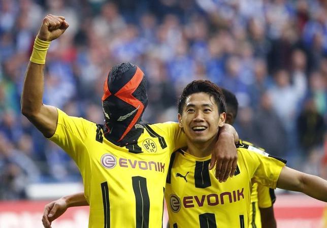 4月1日、サッカーのドイツ1部、ブンデスリーガ、香川真司(右)が所属するドルトムントはシャルケと1─1で引き分けた(2017年 ロイター/Wolfgang Rattay)