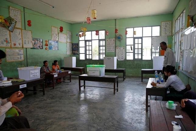 4月2日、ミャンマーで行われた連邦議会と地方議会の補欠選挙は、与党の国民民主連盟(NLD)が半数近い議席を獲得した。ヤンゴンの投票所で1日撮影(2017年 ロイター/Soe Zeya Tun)