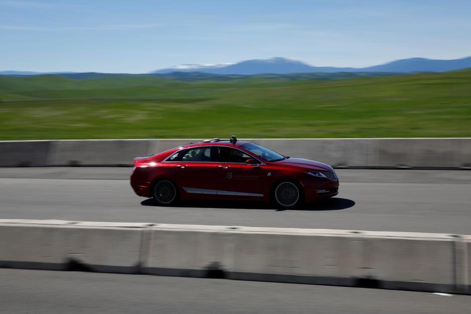 In self-driving car race, winners get all the way around track | Reuters
