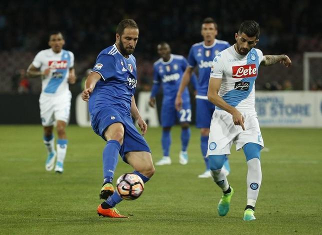 4月2日、サッカーのイタリア・セリエAは各地で試合を行い、首位ユベントスは3位ナポリと1─1で引き分けた。写真中央左は古巣ナポリとの試合に出場したユベントスのゴンサロ・イグアイン(2017年 ロイター)