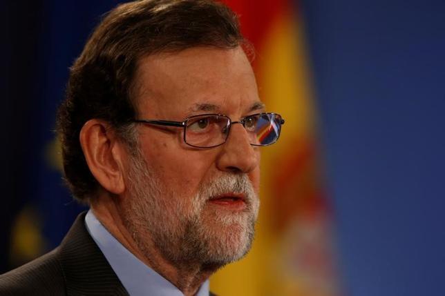3月31日、スペインのラホイ政権は、2017年予算案を承認した。議会で野党の支持を得るため、公務員の昇給や失業対策を含む社会保障関連費用の増額を盛り込んでおり、過去数年の緊縮財政から一段と遠ざかる内容となった。写真はラホイ首相。マルタの首都バレッタで29日撮影(2017年 ロイター/Darrin Zammit Lupi)
