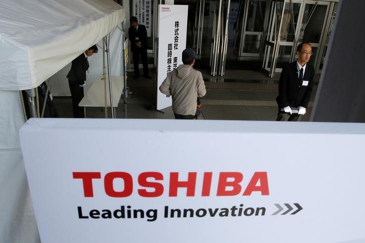 A shareholder arrives at Toshiba's extraordinary shareholders meeting in Chiba, Japan  March 30, 2017.   REUTERS/Toru Hanai