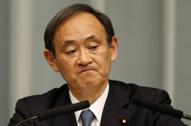 4月3日、菅義偉官房長官は午後の会見で、韓国・釜山での慰安婦像設置への対抗措置として一時帰国していた長嶺安政駐韓大使らをあす韓国に帰任させることに関連して、現時点で日韓通貨スワップ協議を再開する考えはないことを明らかにした。写真は都内で2015年2月撮影(2017年 ロイター/Toru Hanai)
