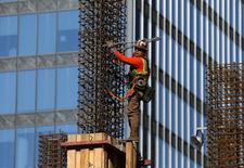 Un trabajador de la construcción en el centro de Los Angeles, Estados Unidos. 6 de marzo 2017. El gasto en construcción en Estados Unidos subió en febrero casi a un máximo en 11 años por el fuerte avance de la inversión en la edificación de viviendas.  REUTERS/Mike Blake