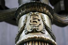 El logo del Banco Central de Chile en una de las lámparas fuera del banco en el centro de Santiago. 25 de agosto 2014.El Banco Central de Chile recortó el lunes su estimación de crecimiento de la economía para este año en medio punto porcentual, ante un persistente bajo dinamismo de la actividad y tras los efectos de una huelga minera, lo que presionaría hacia un mayor estímulo monetario.  REUTERS/Ivan Alvarado