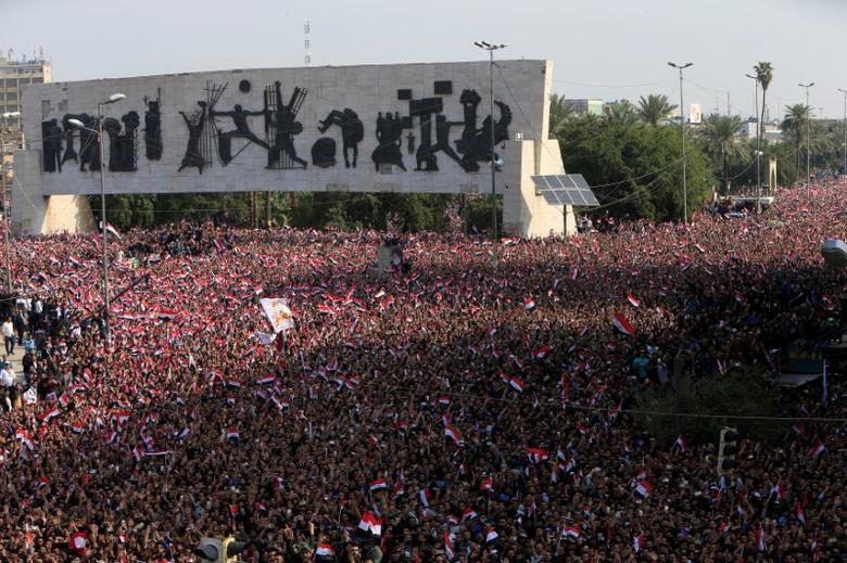 Supporters of Iraqi Shi'ite cleric Moqtada al-Sadr gather during a protest against corruption at Tahrir Square in Baghdad, March 2017.    REUTERS/Alaa Al-Marjani