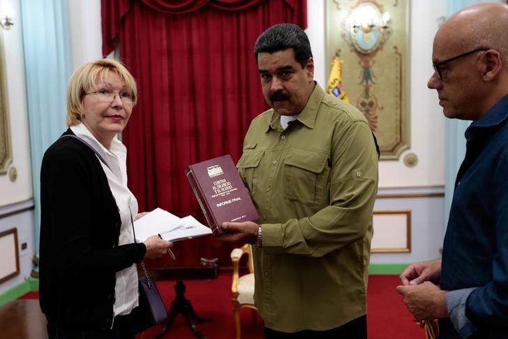 Venezuela's President Nicolas Maduro (C) talks to Venezuela's Prosecutor Luisa Ortega Diaz (L) during a meeting at Miraflores Palace in Caracas, Venezuela April 1, 2017. Miraflores Palace/Handout via REUTERS