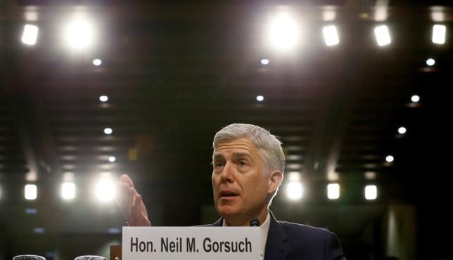 4月3日、トランプ米大統領が連邦最高裁判事に指名したニール・ゴーサッチ氏の上院議会での承認をめぐり、民主党のクリス・クーン議員が反対を表明した。これで民主党はフィリバスター(議事妨害)による審議の遅延が可能となる票数を確保した。ゴーサッチ氏、3月撮影(2017年 ロイター/Jim Bourg)
